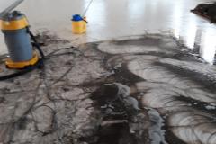 Pulizia-pavimento-in-corso-con-lavaggio-meccanizzato